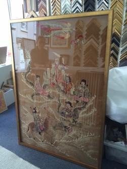 Tissu chinois ancien, tendu avec molleton . Cadre doré contemporain